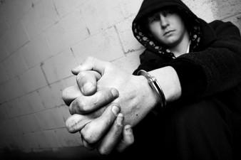 Primeros Efectos de Comunidades que se Preocupan sobre Riesgo y Iniciación de Conducta Delincuente y