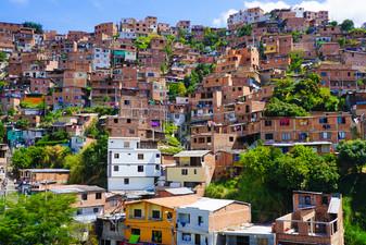 Refugio de la Tormenta: Mejoras en la Infraestructura de Viviendas en Barrios Pobres de América Lati