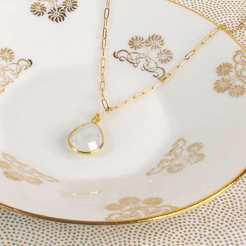 Collier romantique, Papillon doré et fleur rouge, chaîne en argent doré à l'or fin, Boutique Le Droit à la Belle Vie, Paris