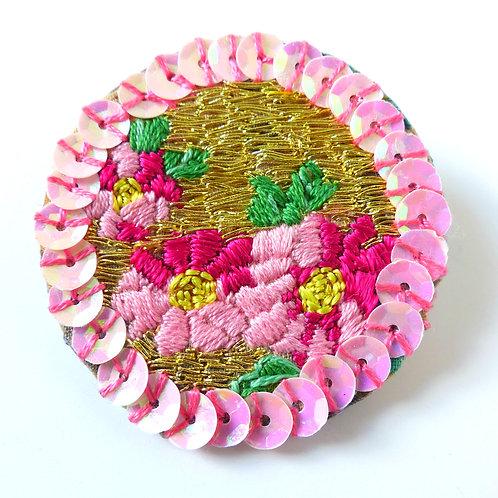 Bijou, Broche brodée Fleur (recto), coton, fil d'or, tissu japonais, rose, Boutique Le Droit à la Belle Vie, Paris