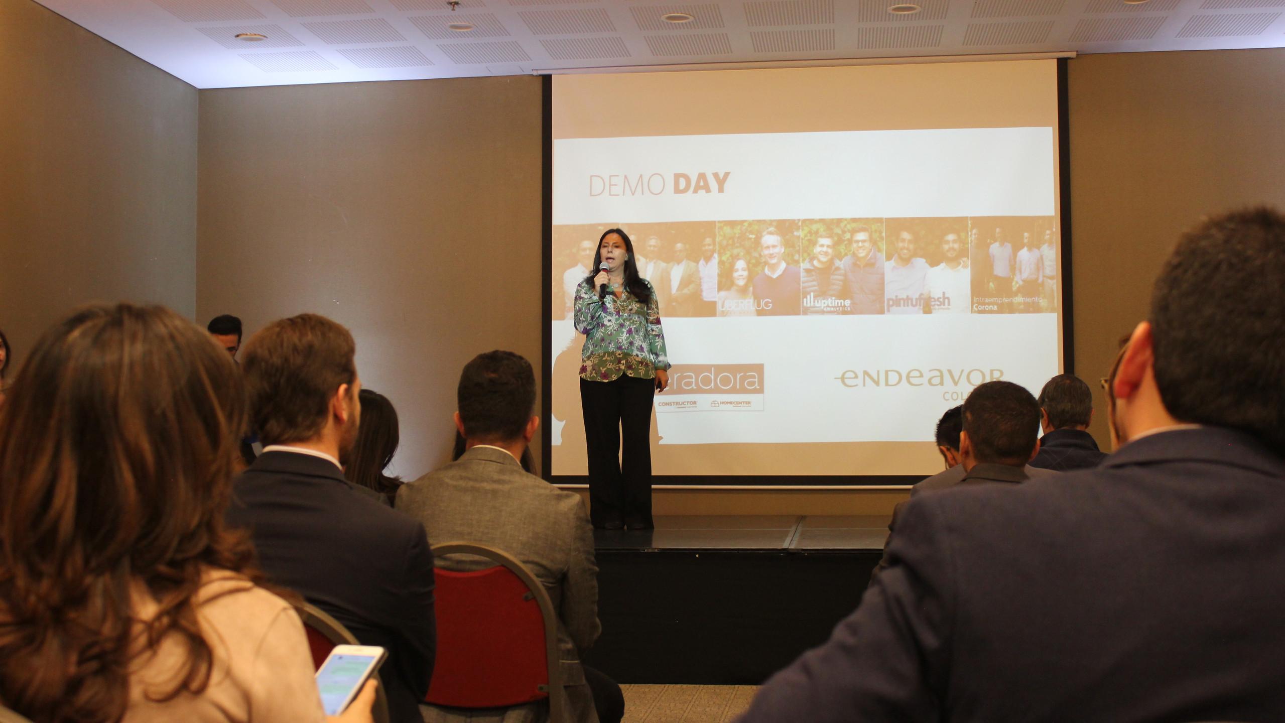 Adriana Suarez, Directora de Endeavor Colombia, da unas palabras de bienvenida a los asistentes al Demo Day de la Aceleradora Sodimac Corona