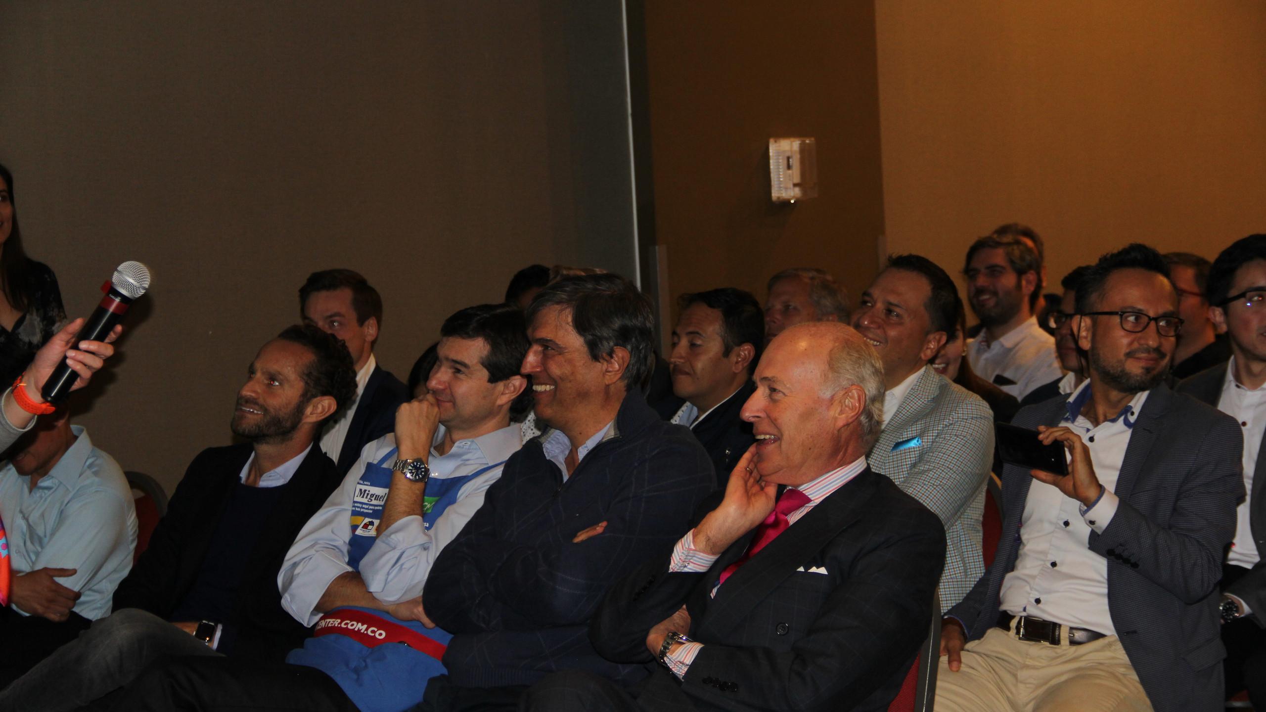 De derecha a izquierda: Julio Manuel Ayerbe, Presidente del Consejo Corporativo de la Organización Corona, Jaime Ángel, Presidente de Corona Industrial, y Miguel Pardo, Gerente General de Sodimac Colombia, escuchan las presentaciones de las startups que participaron en el 2do ciclo de la Aceleradora Sodimac Corona