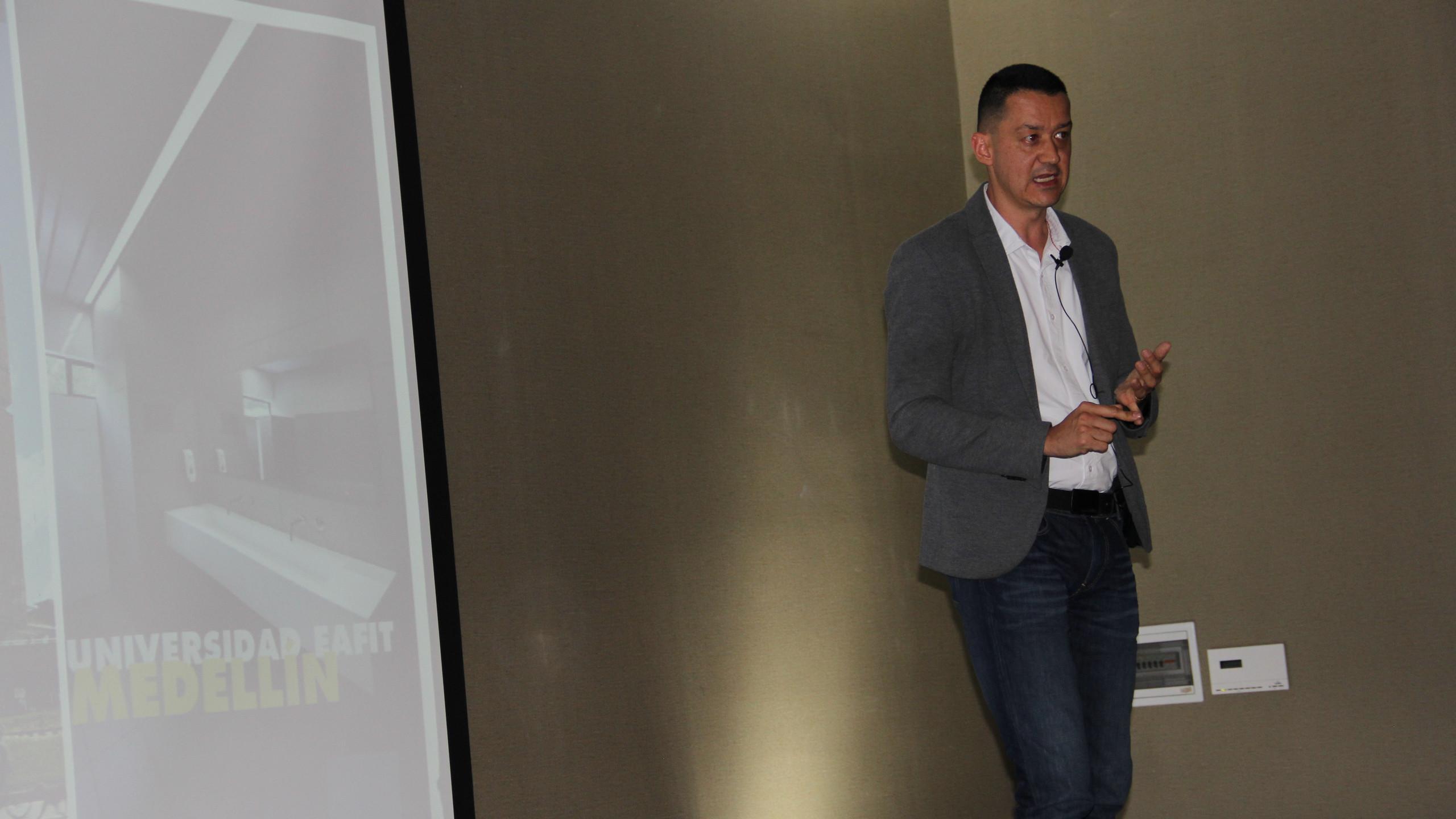 Andrés Areiza, Jefe de Innovación Panamericano en Corona, explica los hallazgos del intraemprendimiento de Corona que participó en la Aceleradora