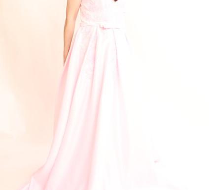 ドレスを着用した胸のライン撮影を開始いたしました