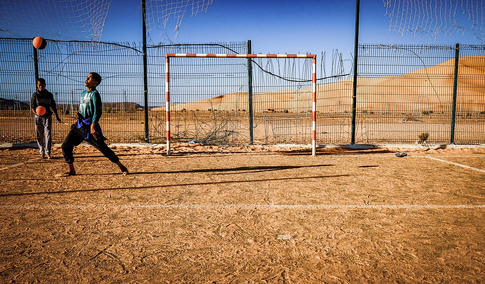 kids playing football Taghit © Sabri Benalycherif
