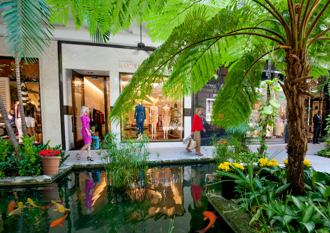 Bal Harbour Shops-Shoppers by North Pond