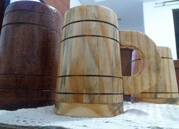 Caneca de madeira para cerveja , capacidade de 500 ml.