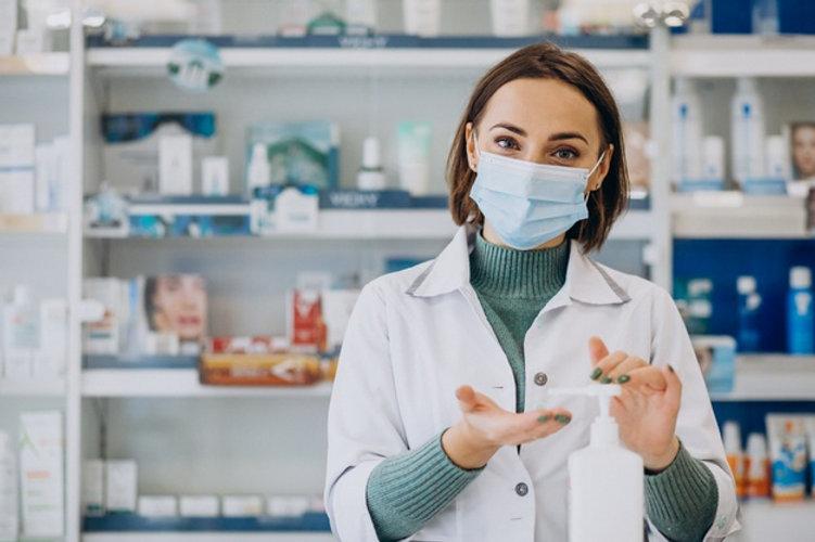 farmaceutica-jovem-desinfetando-maos-com