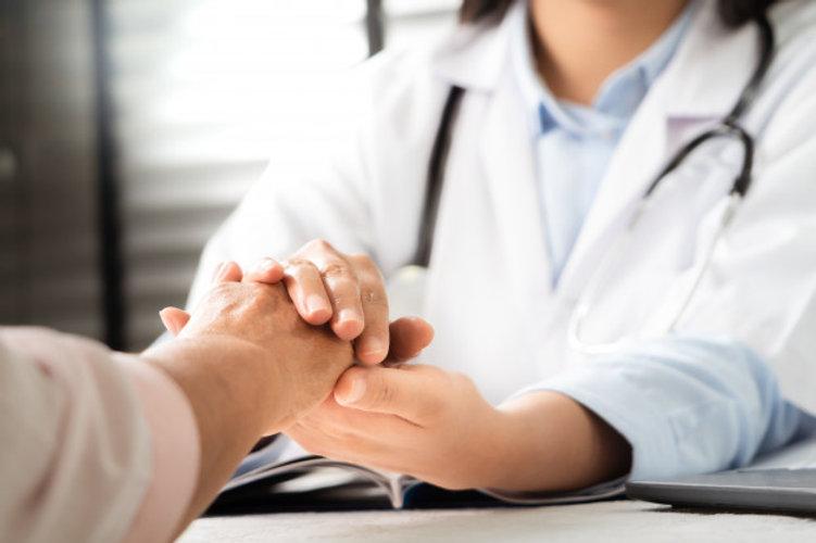 doutor-maos-juntas-segurando-paciente-mu