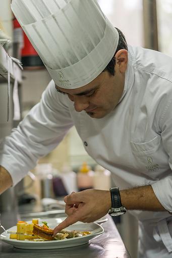 chef preparando plato