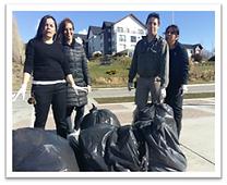 foto staff del Xelena recogiendo basura de la bahía del lago Argentino