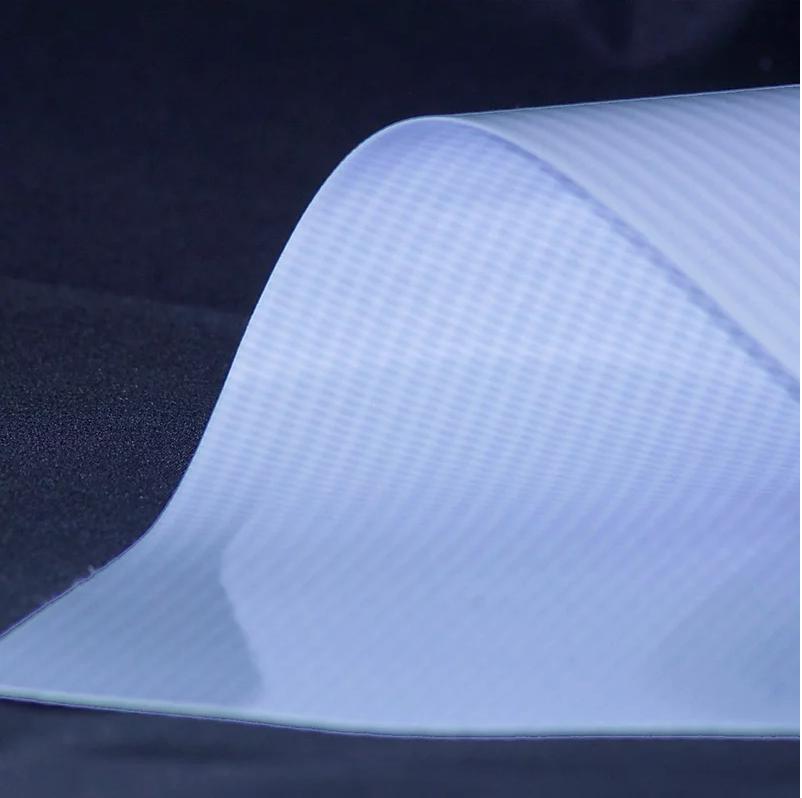 Lona con tejido de PVC retroiluminado con acabado brillante para iluminación posterior. La lona Backlite brinda una excelente calidad de impresión y durabilidad al exterior.