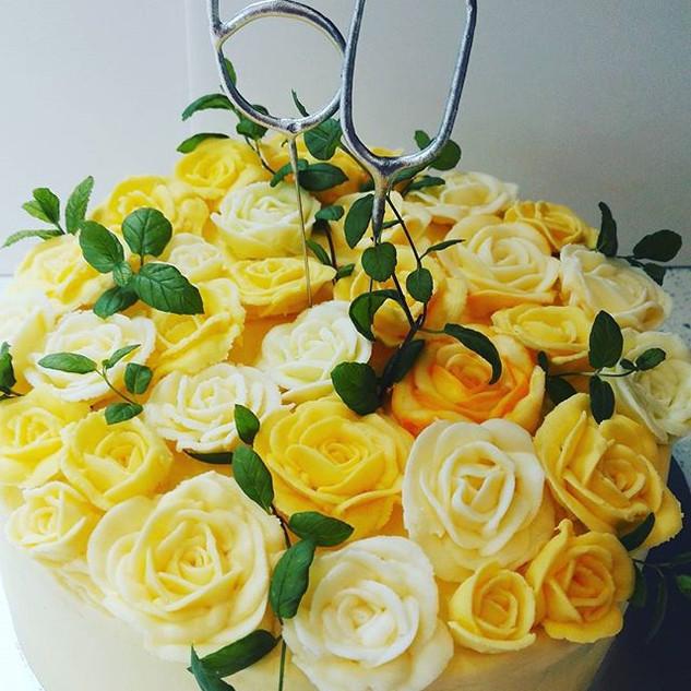 I LOVE this elegant lemon cake with hand