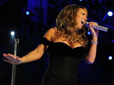 אישה שרה.jpg