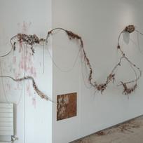 Dur, cordyn, clai a phaent / Steel, string, clay and paint  2019
