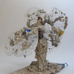 63cm x 56cm x 58cm  Clay, chicken wire, wood, latex glove, sponge and tape  2020  Golwg o'r dde / Right side view