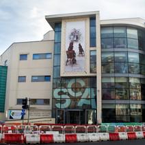 Delwedd o waith fy sioe radd ar 'Y Gynfas' ar flaen Coleg Celf Abertawe / An image of my degree show work on 'The Canvas' on the front of Swansea College of Art
