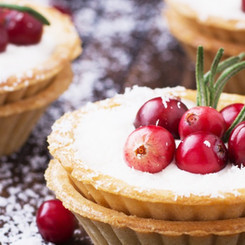 Tartlets of pastry with cream and fresh