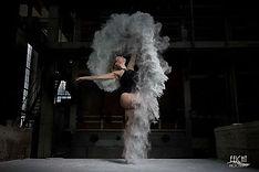 Mehlshooting mit Bühnentänzerin Lilly L. alias Vanessa P. beim Mehl Foto-Shooting in Augsurg. Mehlshootiing mit Photograf Martin Dürr als Workshopleitung. Tanz- und Fitnessmodel aus München. Curvymodel. Tanzshooting in einer Fabrikhalle