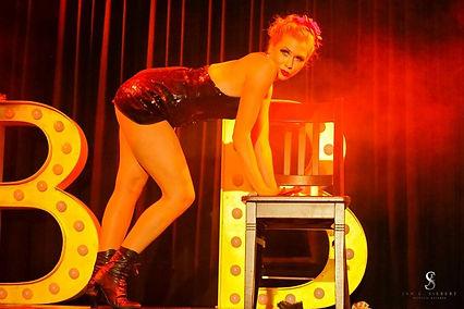 Blonde Bombshell Burlsque. Bühnentänzerin Lilly Libelle alias Vanessa P. SHow me how you burlesque. Burlesque München, Burlesqueshow Buchen, Burlesque Köln, Burlesque Hannover, Curvymodel, Burlesque Nürnberg, Burlesque Stuttgart,