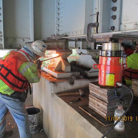 Removing Existing Beraing Pier 6, North Bridge.