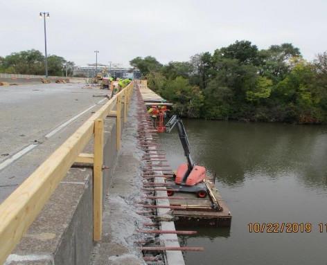 Installing Overhang Formwork, North Bridge.