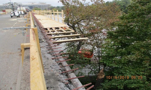 Installing Overhang Formwork, North Bridge.
