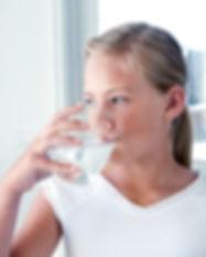 Fille de l'eau potable