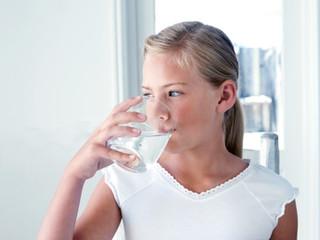 """""""Tomar agua caliente con limón en ayunas ayuda a la pérdida de peso y a mejorar la digestión"""""""