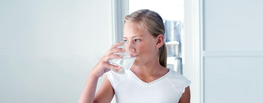 Jente drikkevann