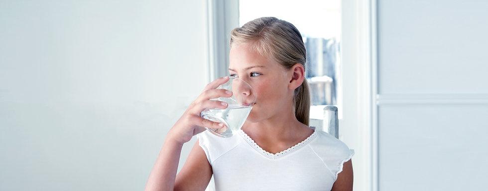 Água bebendo da menina