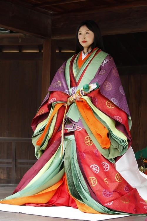 Source: https://thekimonogallery.tumblr.com/post/121120989490/wearing-heian-period-style-court-multi-layered