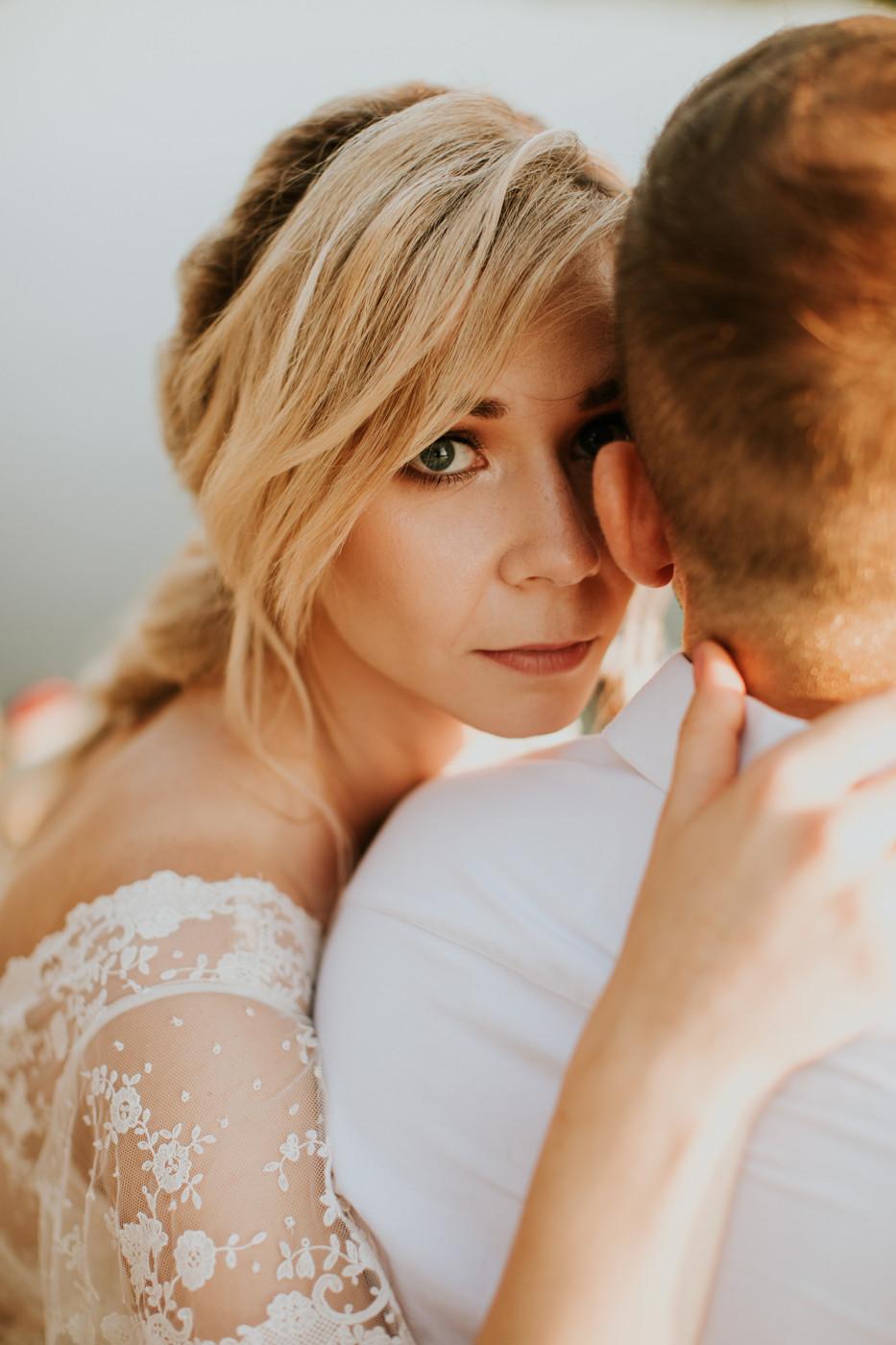 Zagroda Ojrzanów, wesele w plenerze, wesele w Zagrodzie Ojrzanów, sesja poślubna w Zagrodzie Ojrzanów, rustykalne wesele, boho ślub, sesja ślubna ze zwierzętami, Para Młoda, ślub, boho suknia ślubna, panna młoda