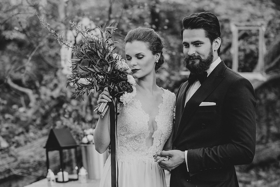 para młoda w plenerze, rustykalny ślub, fotograf ślubny warszawa, para młoda, bukiet ślubny, ślub w plenerze, reportaż ślubny