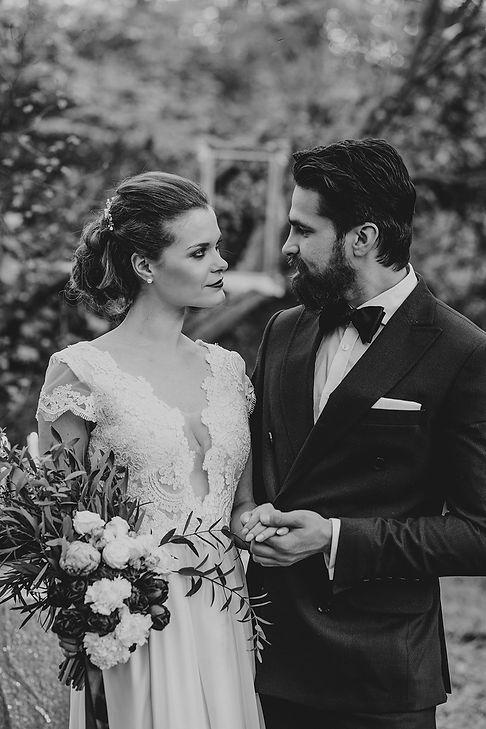 panna młoda i pan młody trzymają się za ręce, rustykalny ślub, fotograf ślubny warszawa, para młoda, bukiet ślubny, ślub w plenerze, reportaż ślubny
