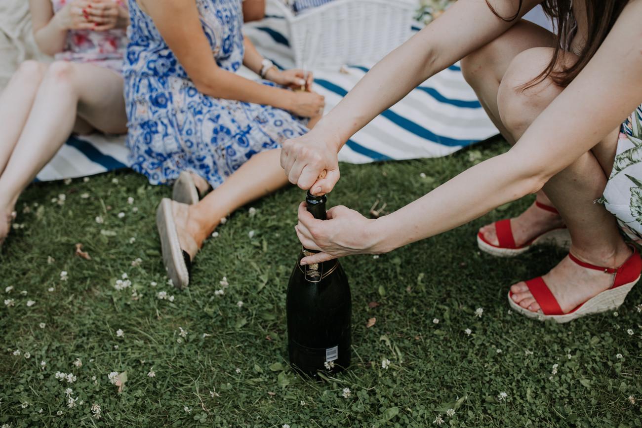 wieczór panieński piknik, wieczór panieński sesja zdjęciowa, fotograf warszawa, fotograf ślubny warszawa, bride to be, fotograf na wieczór panieński warszawa, park sesja zdjęciowa wieczór panieński warszawa