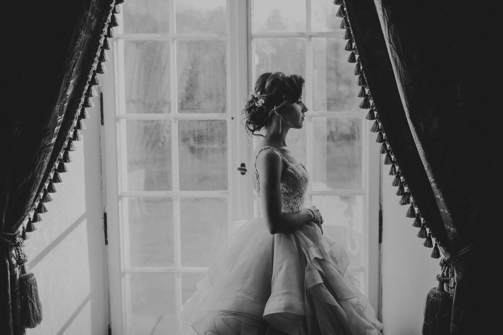 panna młoda przy oknie, sesja ślubna Pałac Otwock Wielki, Muzeum Wnętrz w Otwocku Wielkim, fotograf ślubny Warszawa