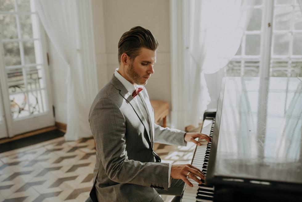pan młody przy fortepianie, sesja ślubna Pałac Otwock Wielki, Muzeum Wnętrz w Otwocku Wielkim