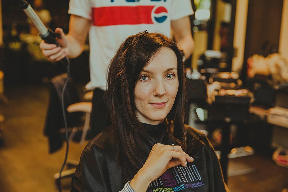 panna młoda robi fryzurę ślubną