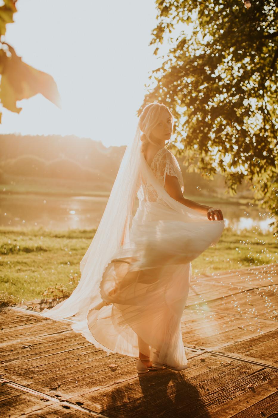 Zagroda Ojrzanów, wesele w plenerze, wesele w Zagrodzie Ojrzanów, sesja poślubna w Zagrodzie Ojrzanów, rustykalne wesele, boho ślub, sesja ślubna ze zwierzętami, Para Młoda, ślub, boho suknia ślubna, taniec pod gołym niebem