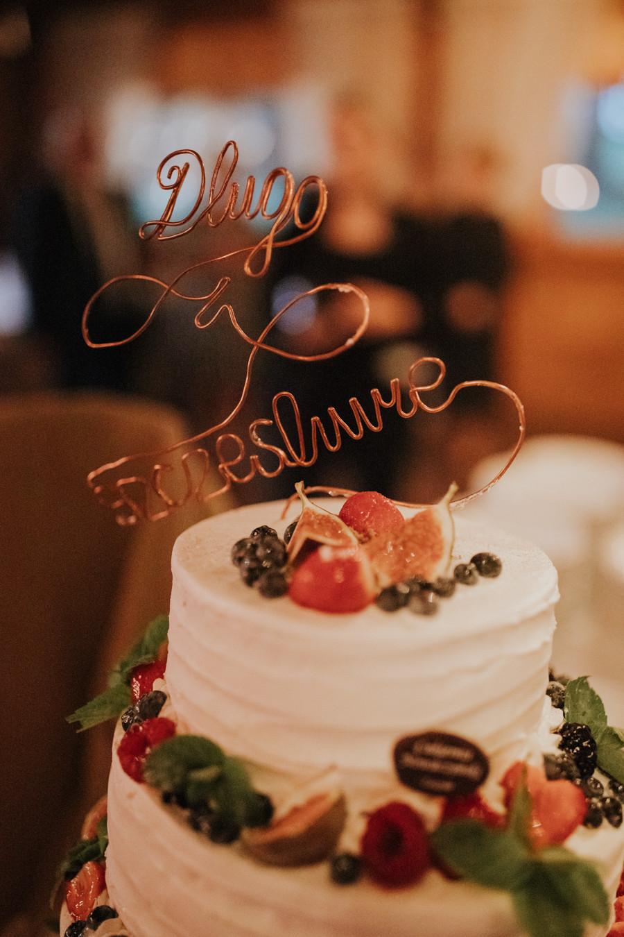 Dworek Jeziorki, reportaż ślubny w Dworku Jeziorki, Winiarnia Dworek Jeziorki, rustykalne wesele, wesele w stodole, boho ślub, boho wesele, fotograf ślubny Poznań, girlandy na ślubie, plener w dniu ślubu