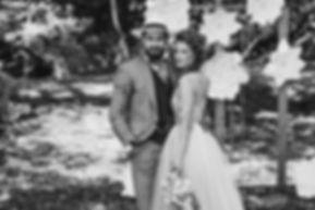 para młoda bierze ślub w plenerze
