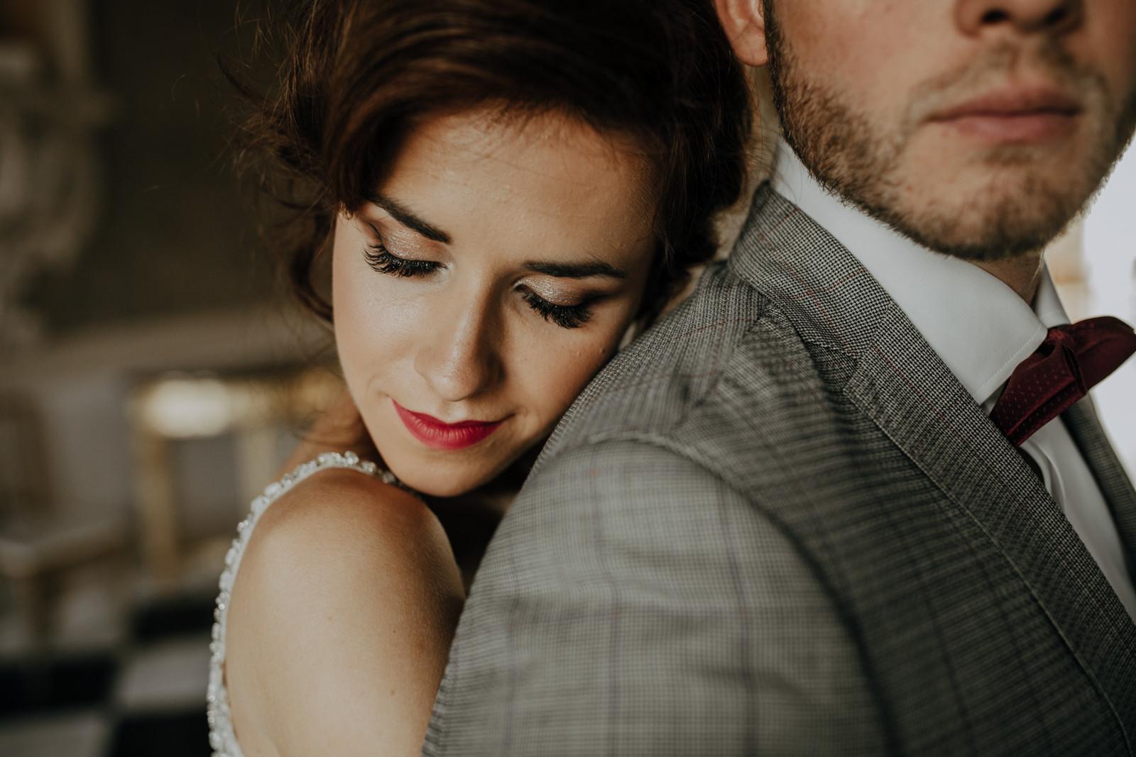 panna młoda przytula się do pana młodego, sesja ślubna Pałac Otwock Wielki, Muzeum Wnętrz w Otwocku Wielkim, fotograf ślubny Warszawa