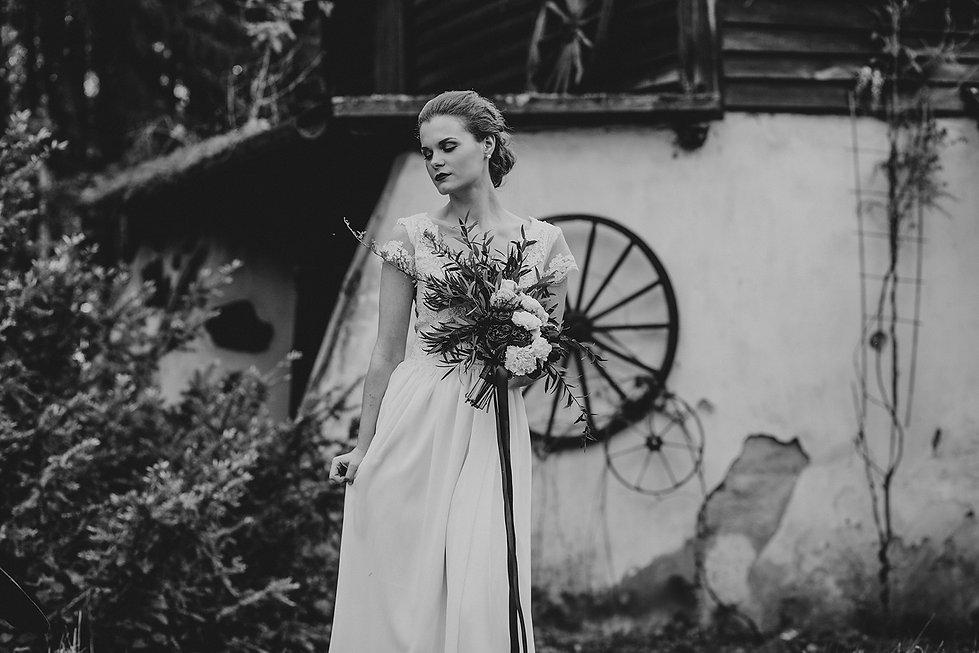 panna młoda z bukietem ślubnym, rustykalny ślub, fotograf ślubny warszawa, para młoda, bukiet ślubny, ślub w plenerze, reportaż ślubny