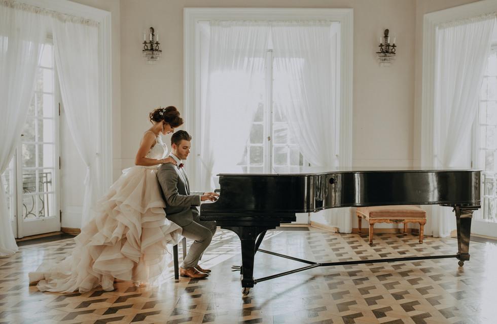 para młoda przy fortepianie, sesja ślubna Pałac Otwock Wielki, Muzeum Wnętrz w Otwocku Wielkim