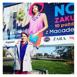 Billboard z Macademian Girl