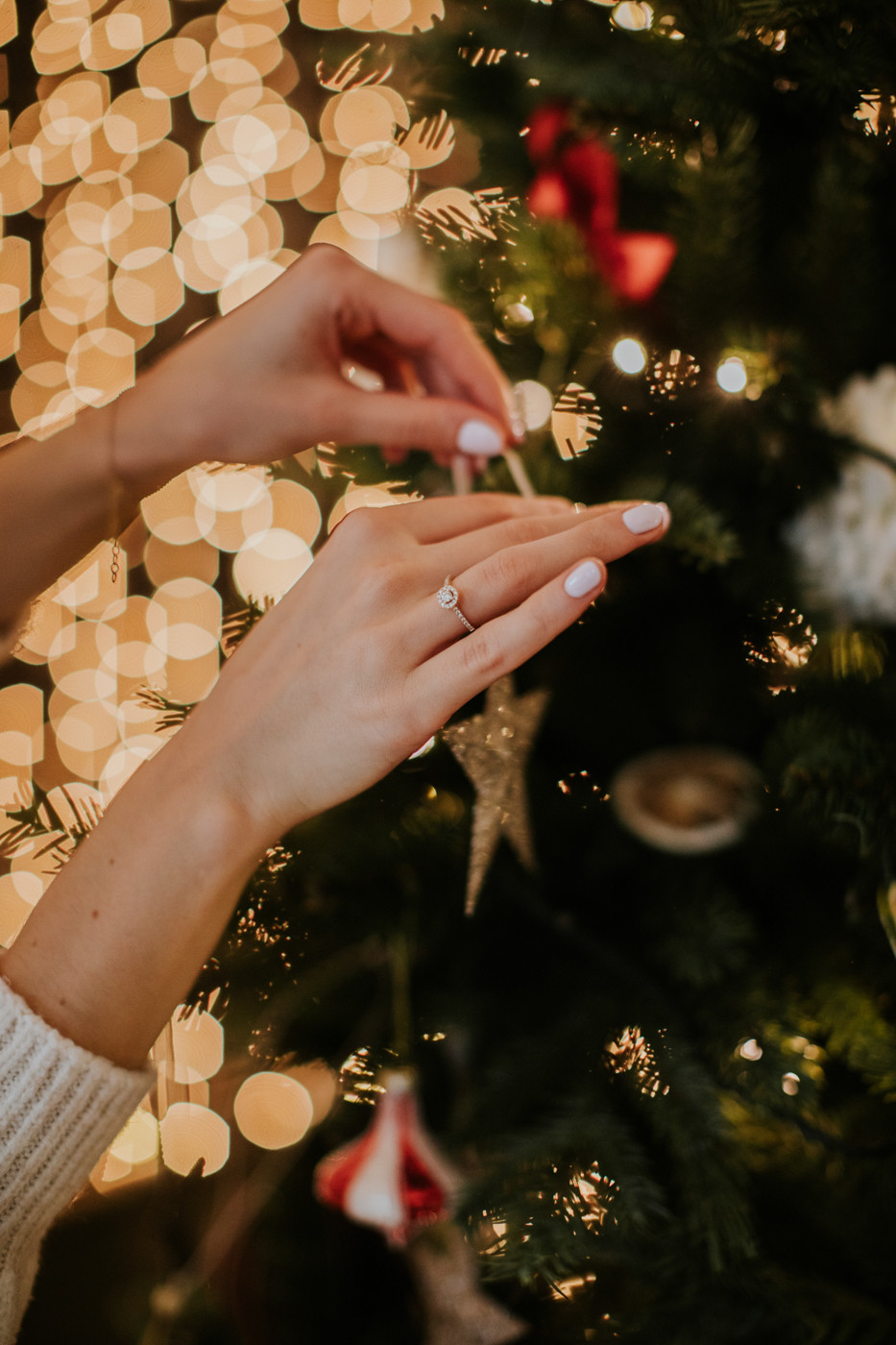 sesja świąteczna, sesja narzeczeńska, narzeczeńskie zdjęcia świąteczne, zdjęcia narzeczeńskie, narzeczona, narzeczony, fotografia ślubna, fotograf ślubny warszawa, studio słoń, studio słoń zdjęcia świąteczne, pierścionek zaręczynowy