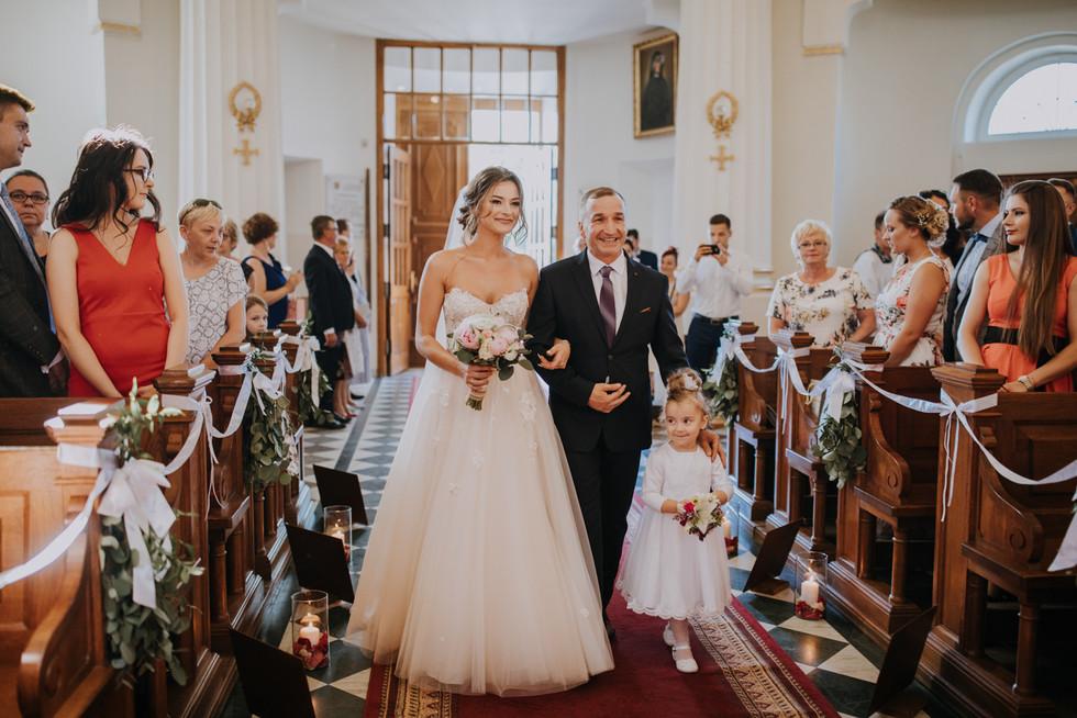 wejście do kościoła, fotograf ślubny warszawa, ogród babette rusiec, ślub w ogrodzie babette, wesele w ogrodzie babette, ogród babette, rustykalna sala weselna, wesele w plenerze