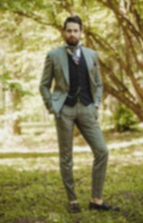 pan młody w garniturze ślubnym