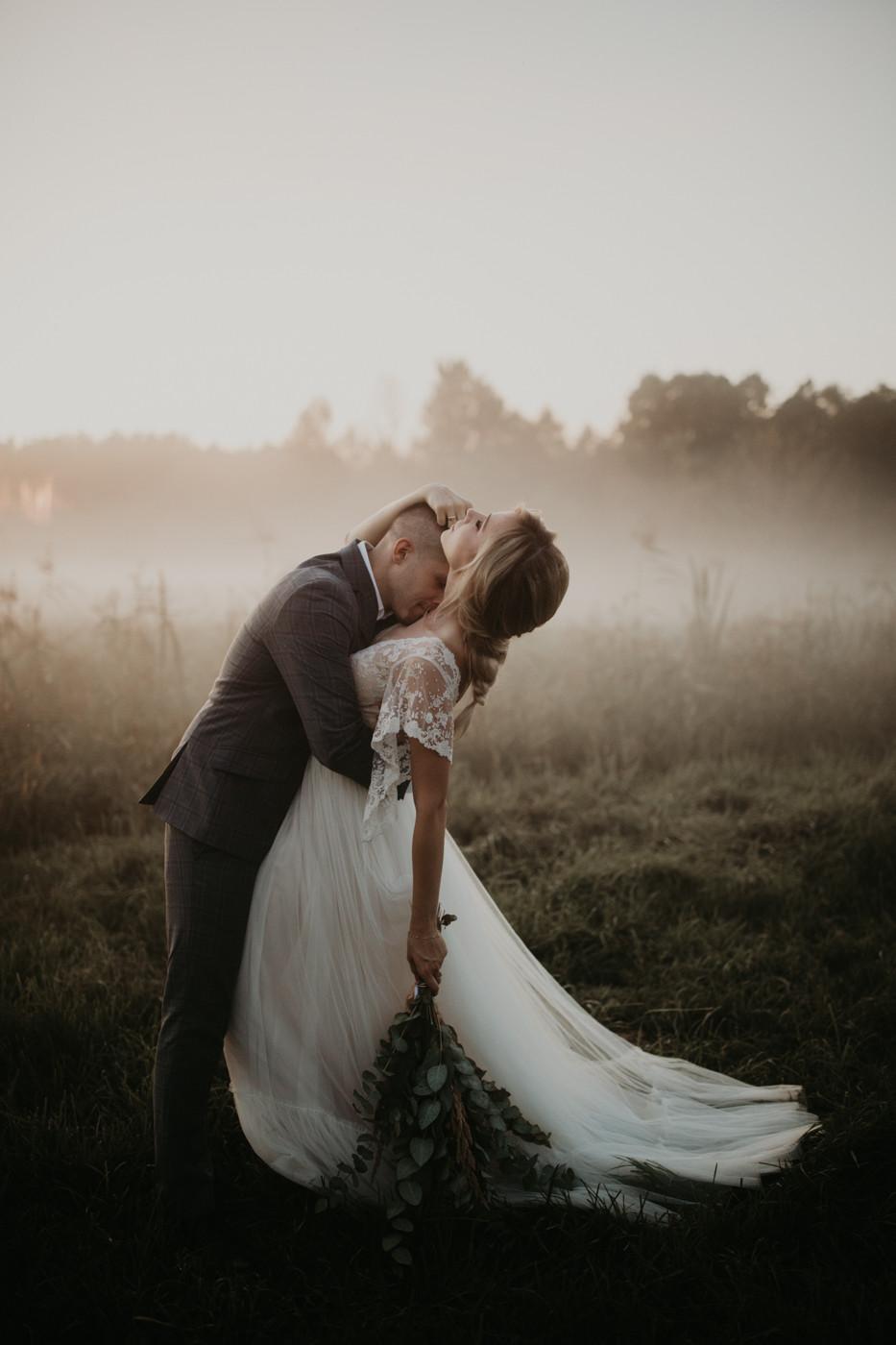 Zagroda Ojrzanów, wesele w plenerze, wesele w Zagrodzie Ojrzanów, sesja poślubna w Zagrodzie Ojrzanów, rustykalne wesele, boho ślub, sesja ślubna ze zwierzętami, Para Młoda, ślub, boho suknia ślubna, mgła na sesji